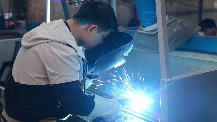 来万通学焊接技术 委培进名企